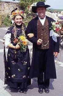 Coiffes catoliques et couple de mariés