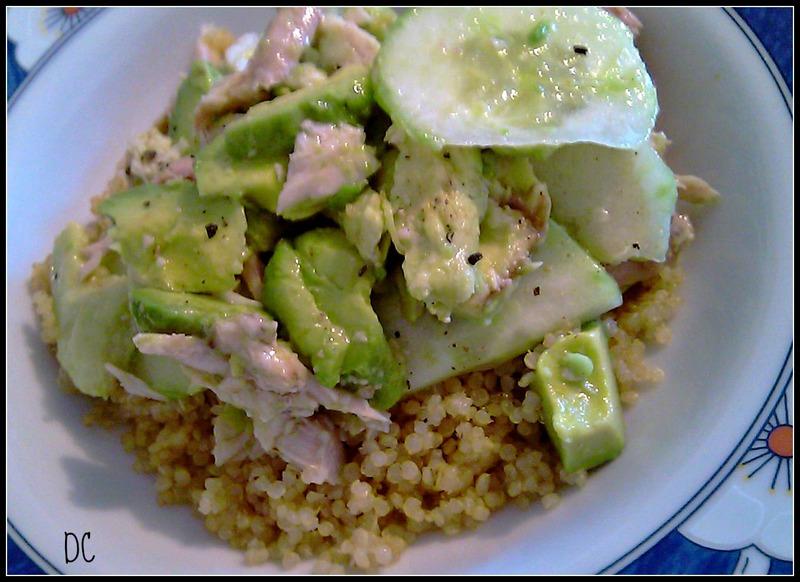 Salade de quinoa, poulet, avocats et concombres