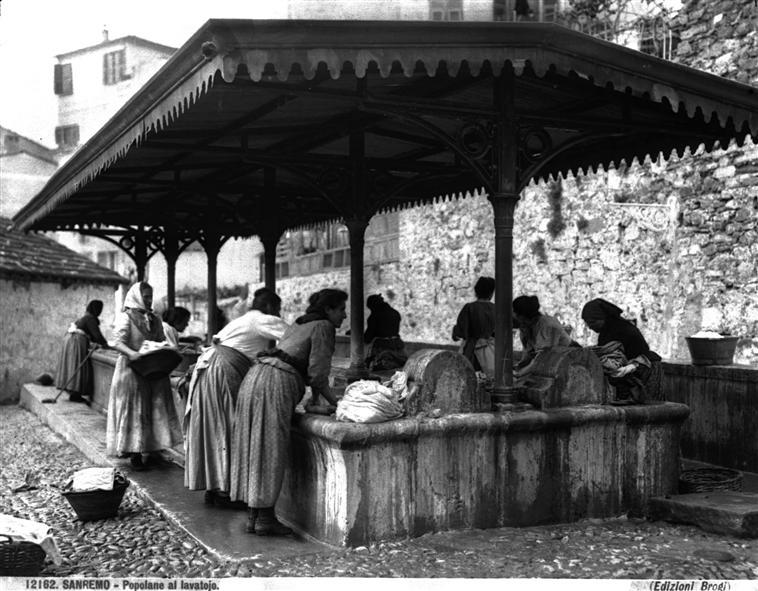 Fichier:Brogi, Carlo (1850-1925) - n. 12182 - Sanremo - Popolane al lavatojo.jpg
