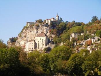 Le village de Rocamadour se trouve au-dessus d'une falaise dominant de 150 mètre le canyon de l'Alzou.