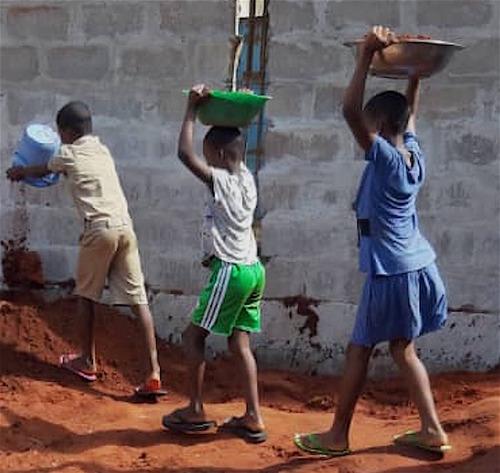 Travaux d'enfants a Noepe