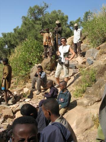 Abyi Adi - un groupe de farenji harcelés par des enfants