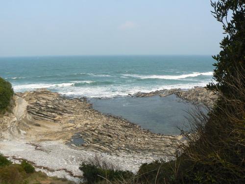 St Jean de Luz, cité corsaire du Pays-basque, est assurément l'une des plus connues de toutes les villes ou villages des Pyrénées-atlantiques. Autrefois réputée pour la hardiesse de ses marins et armateurs, la ville de Saint Jean de Luz évoque plutôt aujourd'hui la douceur de vivre, le voyage et le tourisme des séjours sur sa baie d'une rare beauté. En suivant le chemin côtier en direction de Guéthary, vous découvrirez une côte sauvage admirablement protégée. Sous le soleil la balade devient un enchantement.