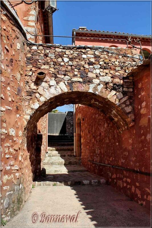Roussillon Vaucluse porche rue vers chemin de ronde