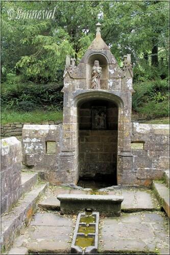 Abbaye de Daoulas Finistère Fontaine Notre-Dame-des-Fontaines bassin de la fontaine