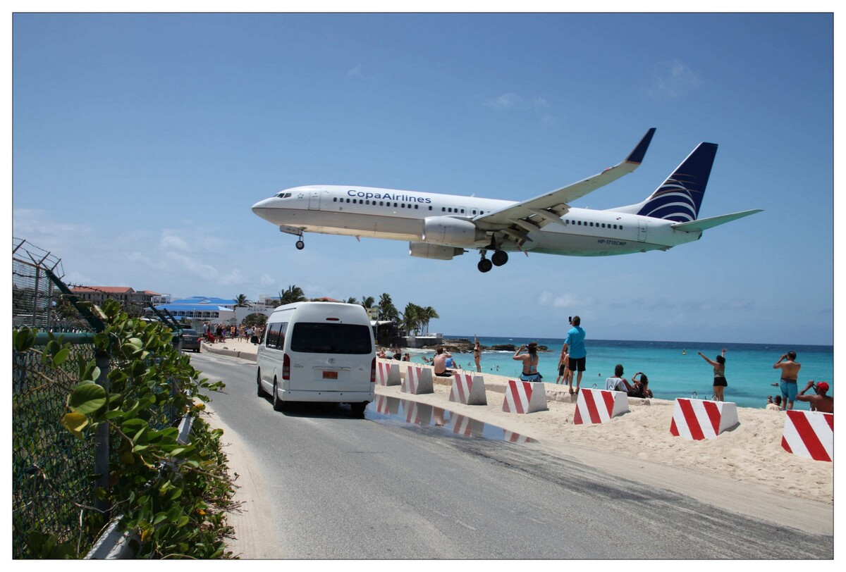 Avion survolant la plage juste avant son atterrissage sur l'aéroport international Princess Juliana ( île Saint-Martin)