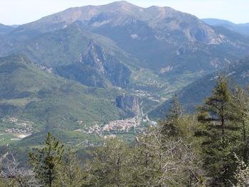 Pendant la descente face Nord, tout en bas, Castellane au pied de son rocher