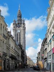 https://upload.wikimedia.org/wikipedia/commons/4/4a/Douai_rue_de_la_mairie.jpg