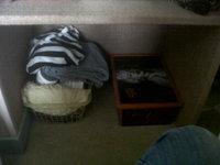 Mon dressing avec mes séparateurs tout juste créer, mes étagères... et la commode avec les fringues à Zhom!!!