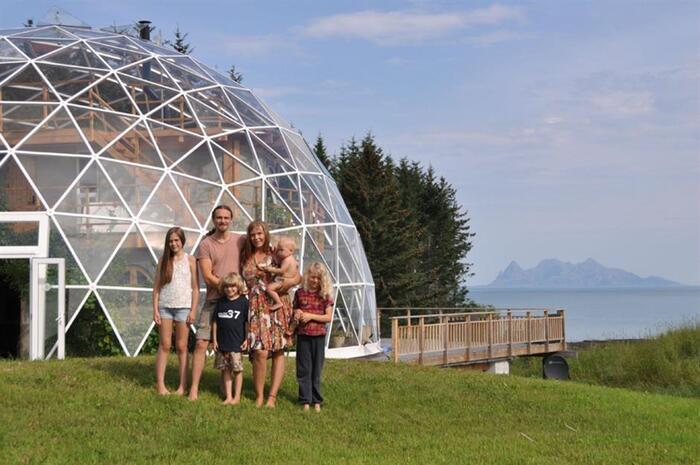 Cette Famille Vit Dans Le Cercle Arctique Depuis 2013 -  Dans Une Maison - Extraordinaire !
