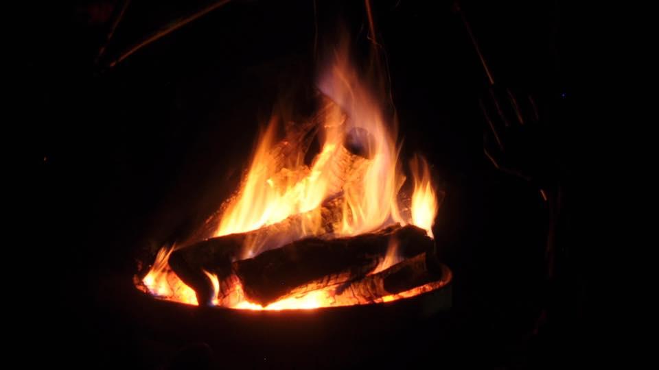 L'image contient peut-être: feu et nuit