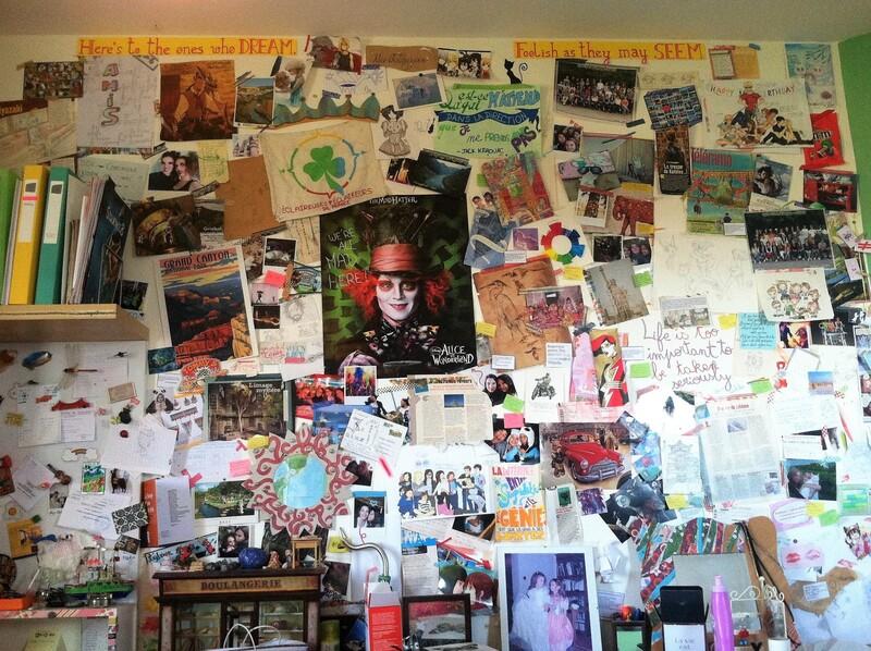 Idée déco : recouvrir un mur de photos, posters et citations