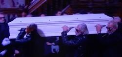 Un dernier hommage à Johnny.....avec un émouvant ADIEU des fans à l'idole.....