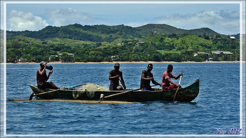 Pêcheurs à la pirogue sur fond de Nosy Be vus de Nosy Sakatia - Madagascar