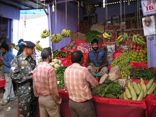 un marché de fruits et légumes;