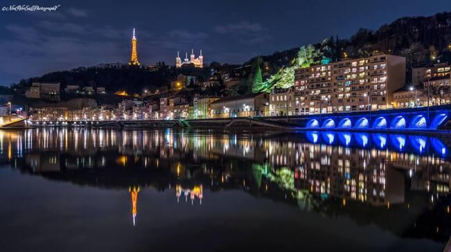 L'image contient peut-être: nuit, ciel, pont, plein air et eau