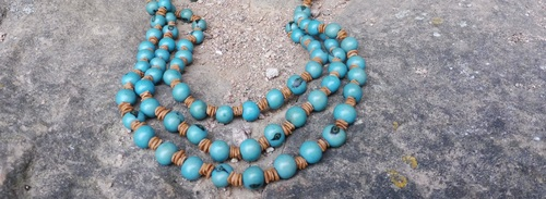 Collier en graines bleues réalisé par sylvie le brigant