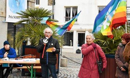 Avec leur large banderole verticale, les militants pacifistes ne sont pas passés inaperçus, hier, devant les halles.