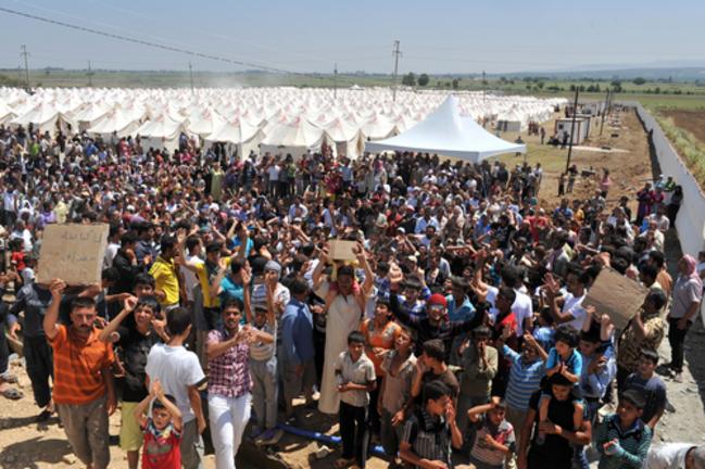 Des réfugiés syriens en manifestent à la frontière turque Shutterstock l Thomas Koch