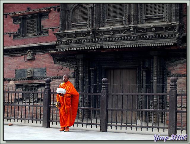 Blog de images-du-pays-des-ours : Images du Pays des Ours (et d'ailleurs ...), Moine attendant l'aumône - Basantapur Durbar (Nau-Talle Durbar) - Durbar Square - Katmandou - Népal