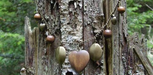 Collier raz du cou tendance nature en bois et métal