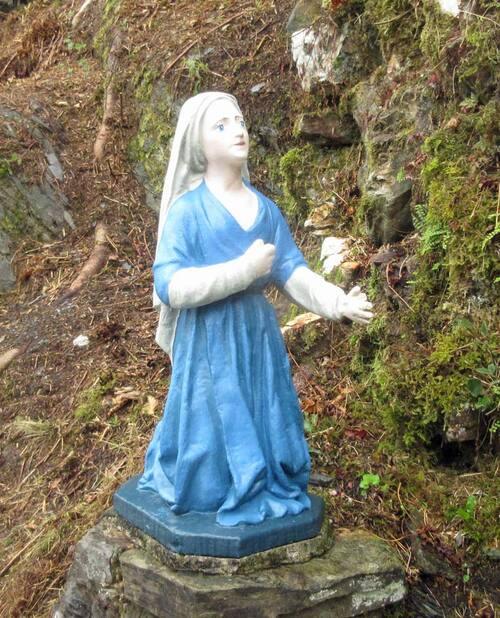 Statue de Bernadette de retour à la grotte