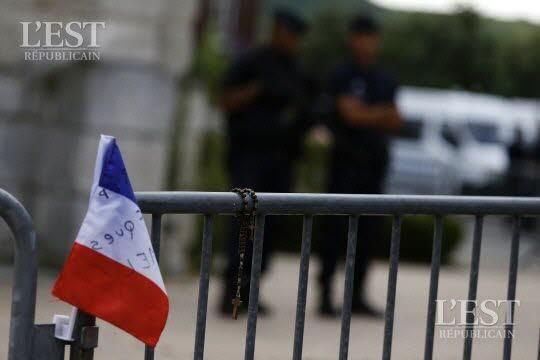 Un prêtre a été assassiné mardi matin lors de la messe. L'un des paroissiens, âgé de 86 ans comme le prêtre, a été grièvement blessé. Photo AFP