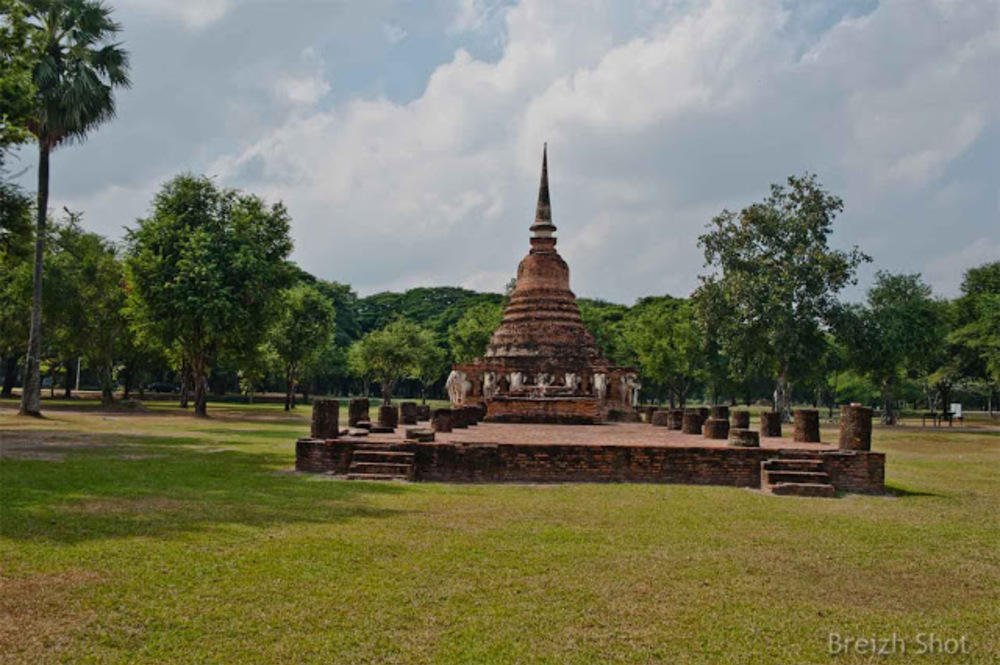 Wat Sorasak - chedi, éléphants, les ruines du hall d'ordination