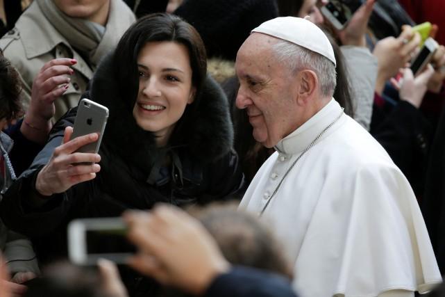 Le pape François a improvisé un discours de... (Photo Max Rossi, REUTERS)