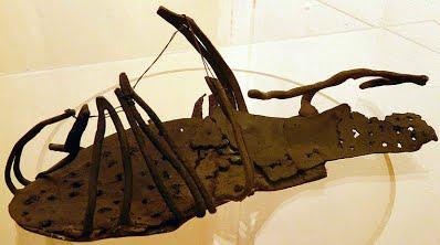 De la parure - suite - une chaussure romaine