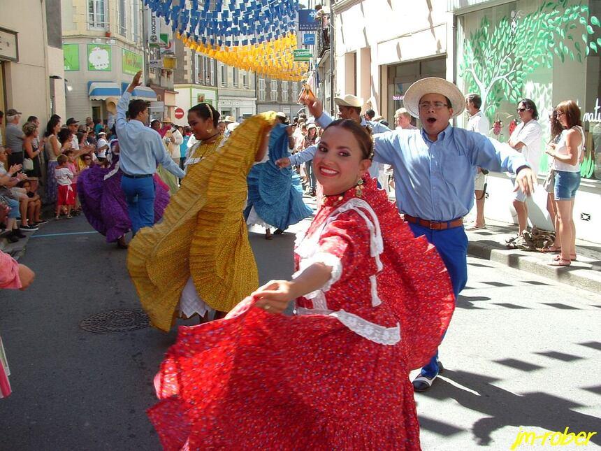 Le 56ème Festival de Confolens «ville en fête» ce jeudi 15Août 2013, un carnet de voyage avec tous les groupes folkloriques.