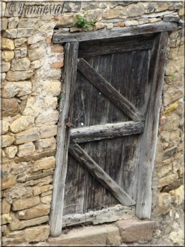 Cordes-sur-Ciel Tarn vieille porte très rustique
