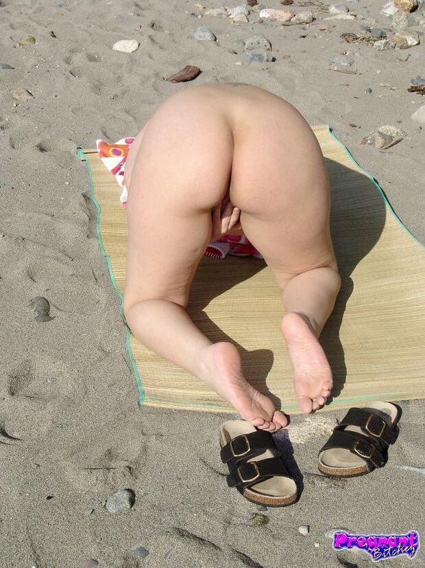 Amaera - Toute nue sur la plage !