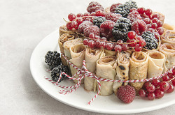 Le gâteau roulé fait avec des crêpes