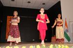 Trio de Kathak aux robes miroir et rouge indien avec petite danseuse en Chudari fuschia au milieu