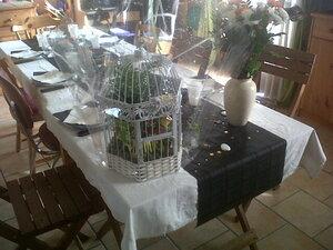 Voici ma table!!! Cadeaux de fête des Mères (les deux compositions florales) de ses fils à Mam's, cette année je n'ai pas les moyens financiers pour faire quel cadeau que se soit je me rattraperais quand les moyens seront là, un jour!!!