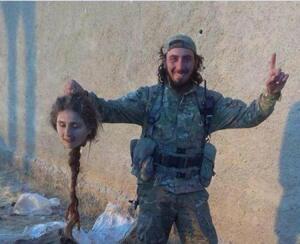 """Le """"djihadiste"""" français Abou Mariam exhibe la tête tranchée d'une résistante kurde"""