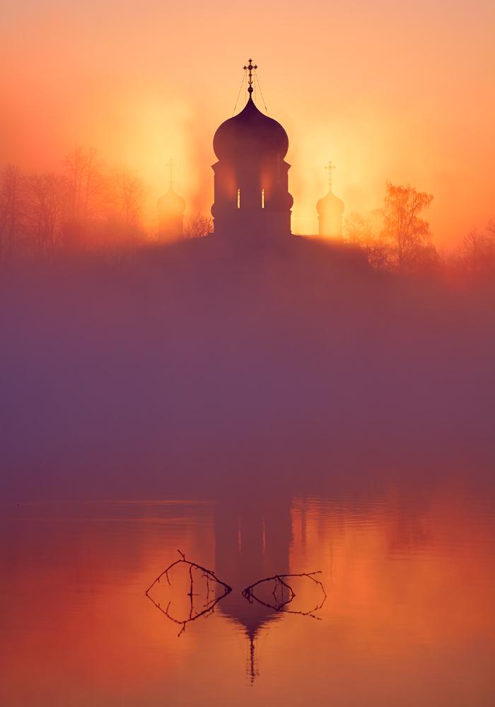 Majestueux murs et dômes du monastère qui brillent dans la lumière du soleil du soir;