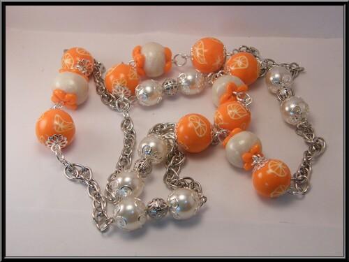 Sautoir orange.