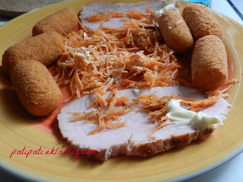 Rôti de porc accompagné de carottes râpées et de croquettes