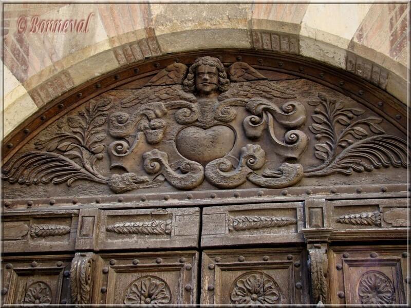 Gaillac tympan sculpté du portail de l'Hôtel Druilhet Tarn