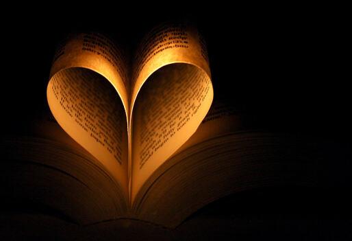 Grande image de Coeur : Pages de livre sur fond noir