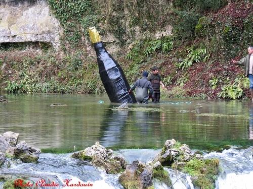 Mise en place de la bouteille géante à la Douix !