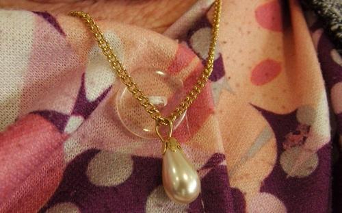 Collier de couleur or avec son pendentif en forme de goutte