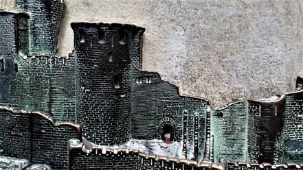 Représentation de la Cité en bronze, sur la place du château