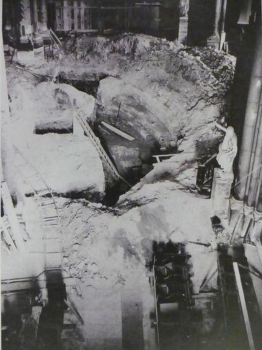 Photographie en noir et blanc de fouilles archéologiques dans une cathédrale.
