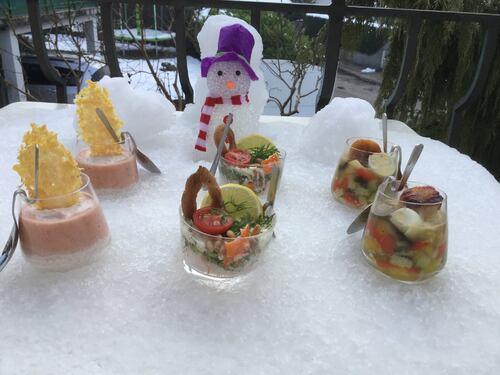 Verrines salées ( jambon ' tomates ) ( brocoli ´ surimi pignons de pin saumon fumé ) (légumes du soleil en gelée coquilles St Jacques poêlées et œuf de caille )
