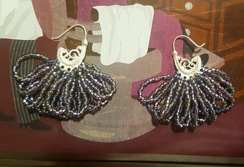 Boucles d'oreilles en perles de rocaille.