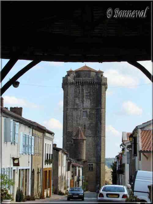 Bassoues Gers bastide Midi-Pyrénées la halle traversée par la rue principale