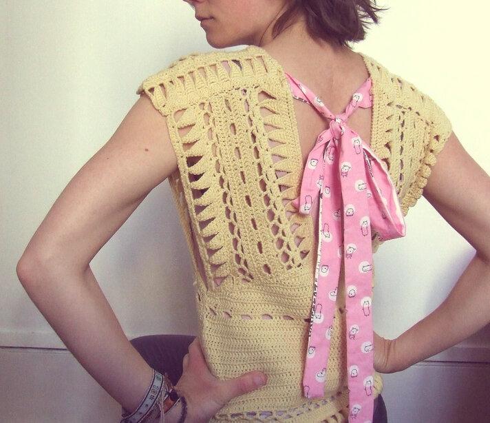 DIY de printemps: mettre un petit noeud sur un top